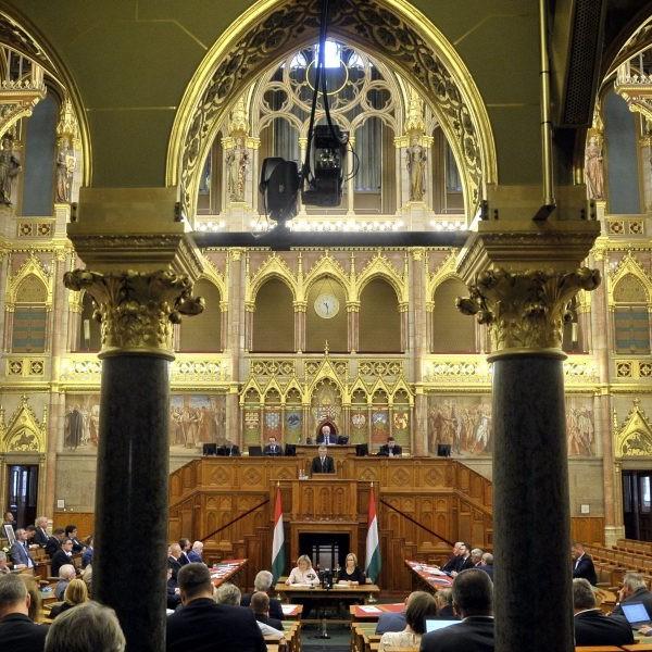 Interpellációk és azonnali kérdések hangzanak el délután a parlamentben