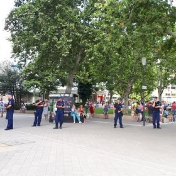 Pécs: Hatalmas a rendőri készültség Dobrev fórumán, sorfal mögül mer csak beszélni
