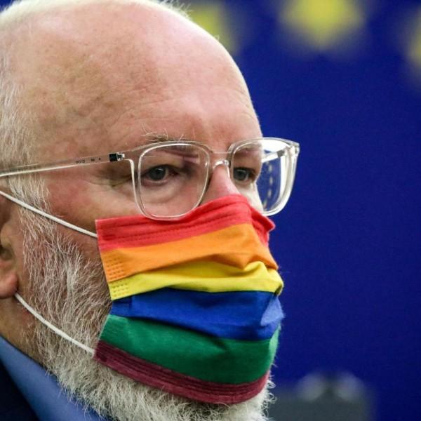 Ez az Európai Unió: Timmermans szivárványos maszkban jelent meg a tegnapi ülésen