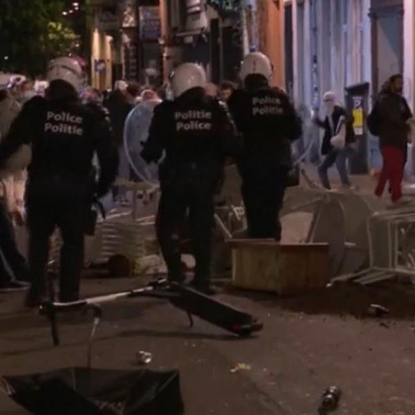 Most az enyhítéseket ünneplőket vízágyúzták szét a rendőrök Brüsszelben - Videó