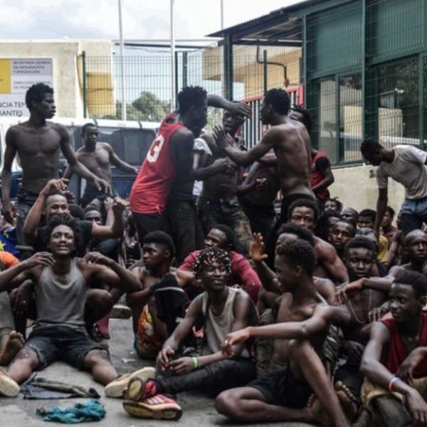 Invázió: egy nap alatt több mint 5000 migránst tört be Spanyolország területére - Videók