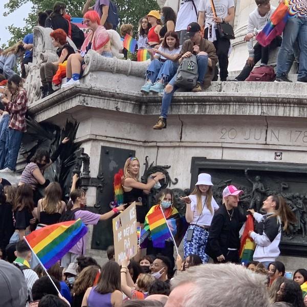 """A párizsi Pride is Orbánról szólt: """"Fuck Orbán"""" - így vonultak a buzik"""