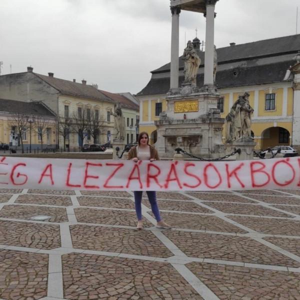 Utcára vonult Esztergomban a Mi Hazánk a lezárások ellen