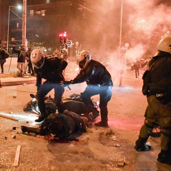 Brutális összecsapások Athénban, összevertek egy rendőrt a tüntetők - Videó