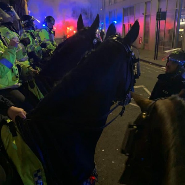 Anarchia Bristolban, rendőrökre támadtak a BLM-szimpatizánsok - Videók