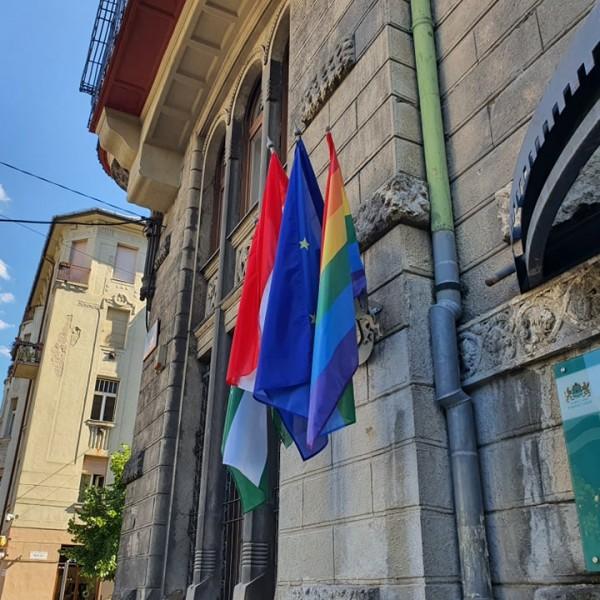 Ferencváros: Kitűzték az anyakönyvi hivatalra és házasságkötő teremre a szivárványos zászlót