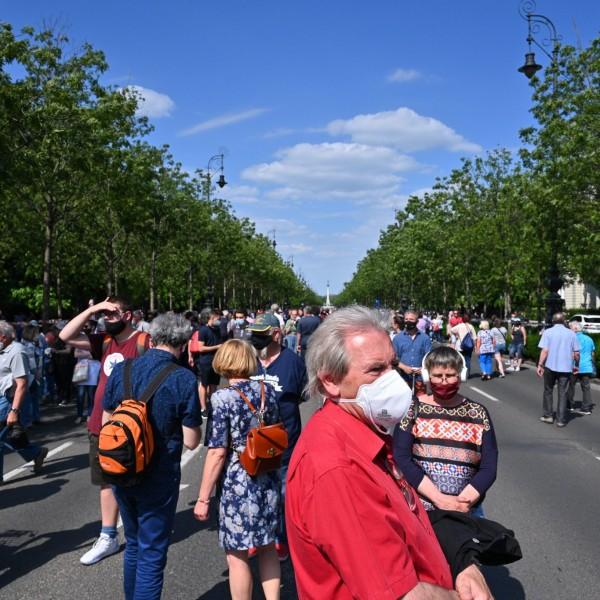 Hatalmas tömeg sorakozott fel Karácsonyék mögé, elfoglalták az Andrássy utat