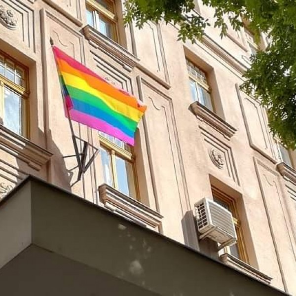 Zugló szocialista polgármestere ellenáll: kitűzte a szivárványos zászlót