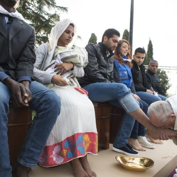 Ferenc pápa szerint tanulnunk kell a menekültek bátor kitartásából