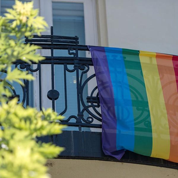 Kiáll a homofóbia ellen a budapesti amerikai nagykövetség