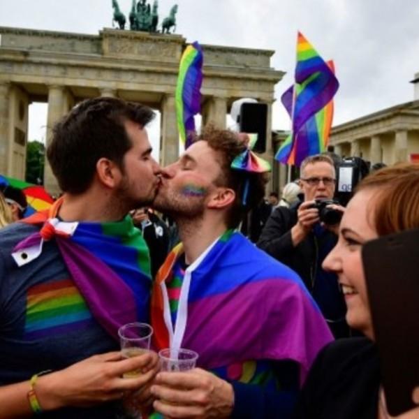 A német külügy szerint az LMBT közösséget érintő új magyar törvény ellentmond az uniós értékeknek