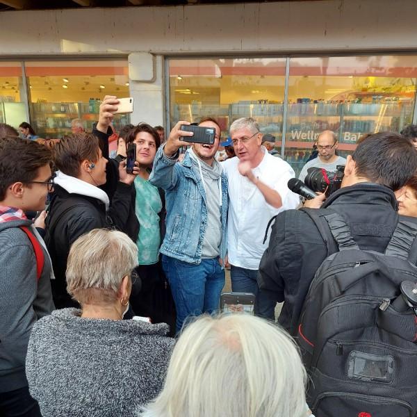 Az őszödi beszéddel zavarta meg Gyurcsány utcafórumát - a rendőrök előállították