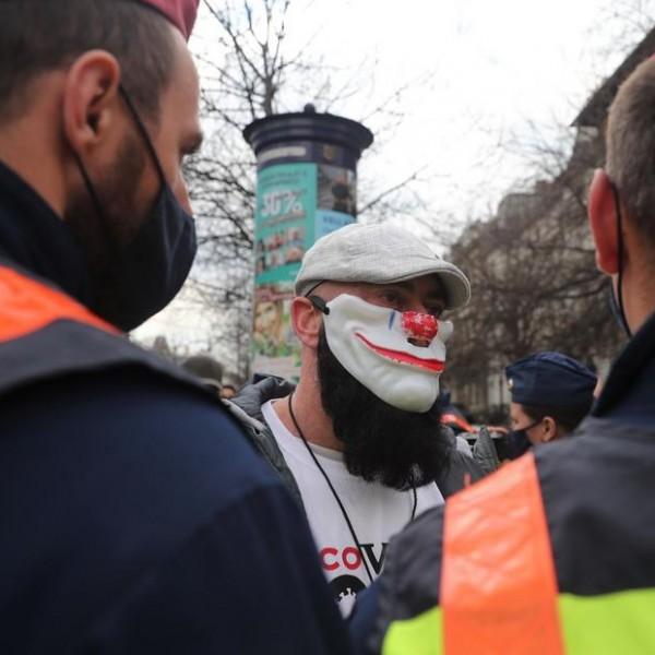 Áll a bál Budapesten: Gödényék megpróbálják áttörni a rendőrsorfalat