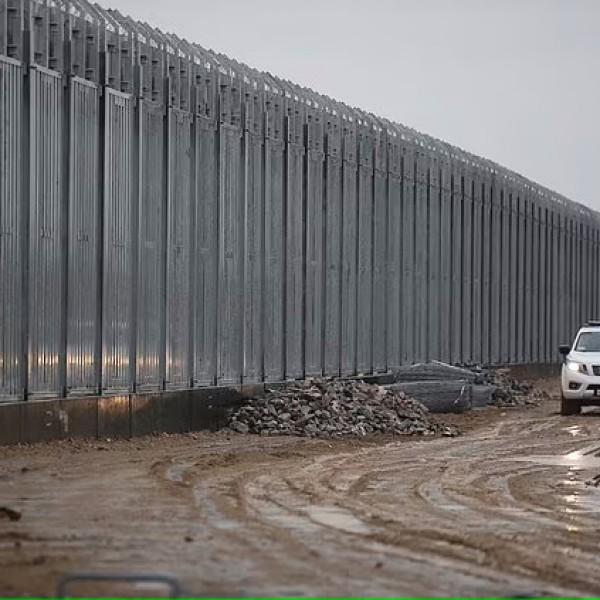 Görögország hangágyúkat vet be a migránsok ellen - az EU-biztos kiakadt