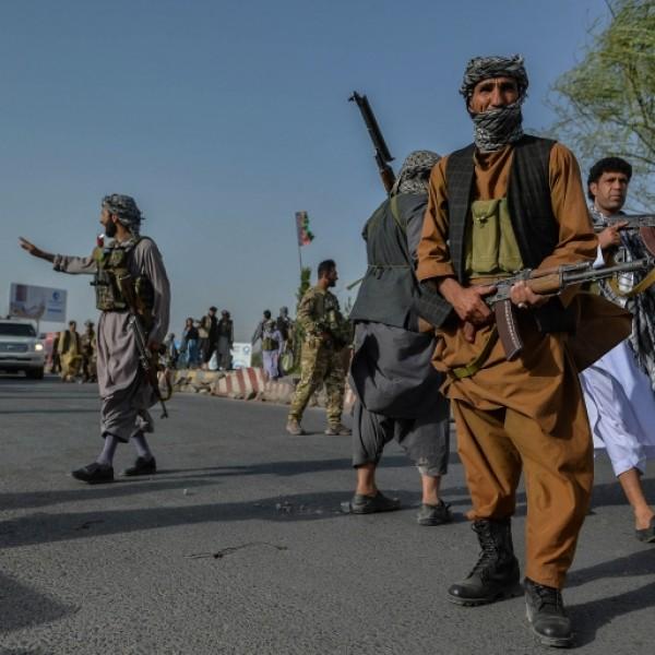 Darura akasztottak ki egy holttestet a tálibok Herát főterén