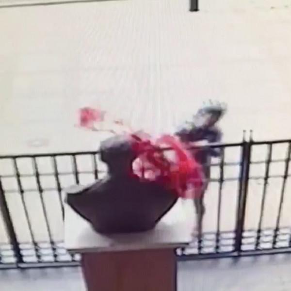 Rongálással vádolják a Horthy Miklós szobrára vörös festéket öntő nőt