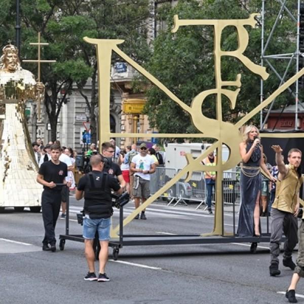 Gigászi turul madár és Szent István-szobor: képeken az augusztus 20-i felvonulás