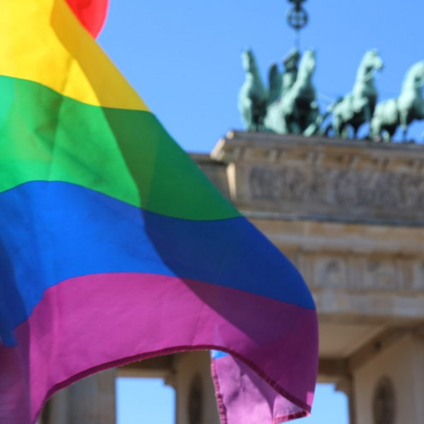 Berlin: 21 éves, szivárványos zászlót viselő férfit támadtak meg