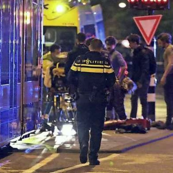 Több késes támadás történt Amszterdamban, egy nő meghalt