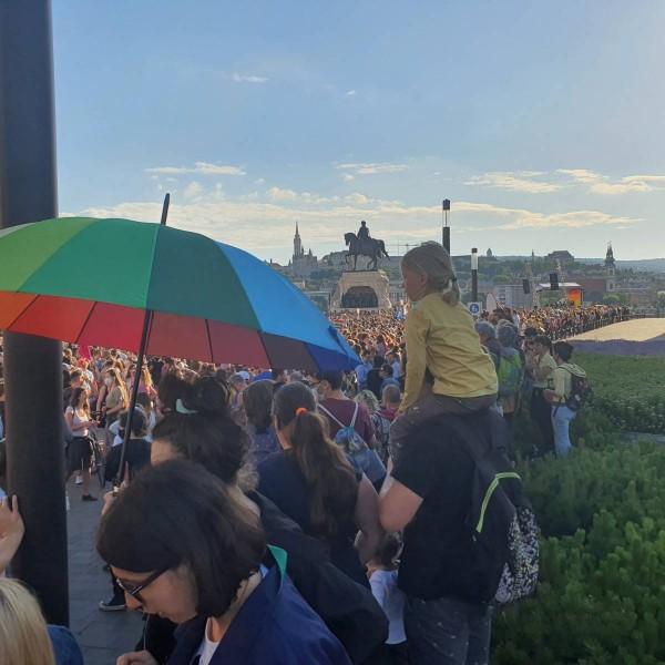 Képes beszámoló: Rengeteg kisgyereket vittek ki a homoszexuálisok a Kossuth térre