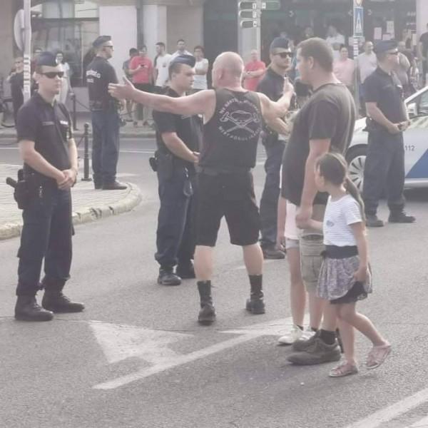 Rendkívüli: Jakab Tapolcára látogatott, agyon akarják ütni, felsorakozott a rendőrség