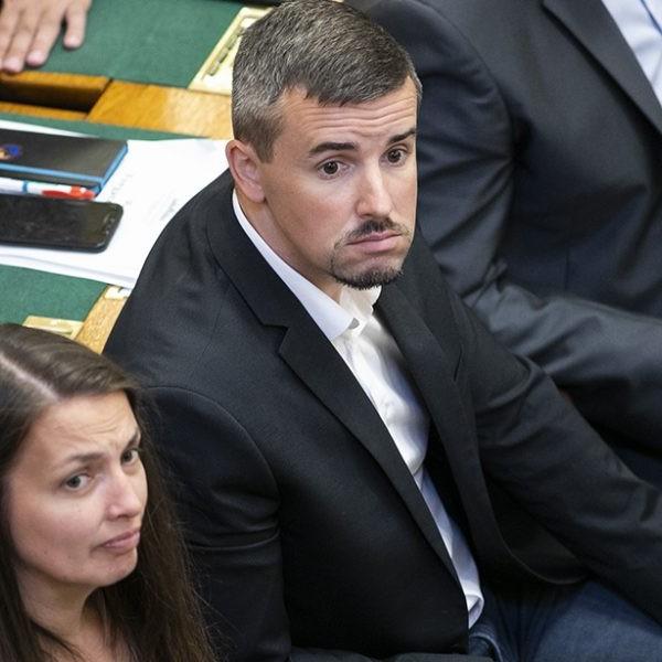 https://www.vadhajtasok.hu/2021/05/17/jakob-teljesen-padlon-nem-tud-tovabb-a-parlamentben-cirkuszolni-mert-kover-elhallgattatja