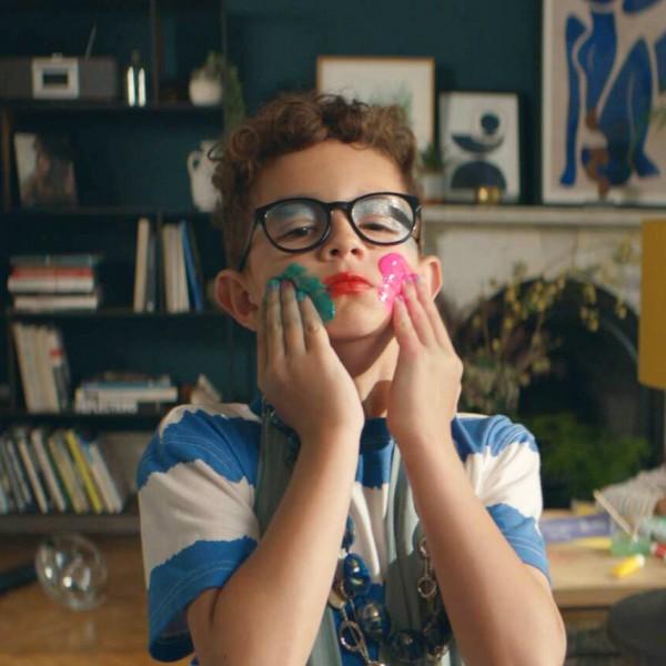 Nőnek öltöztetett kisfiúval reklámozzák a lakásbiztosítást Angliában - Videó