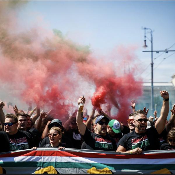 """Elindult a """"fekete sereg"""" a Puskás Arénához - Hajrá magyarok - Fotók"""