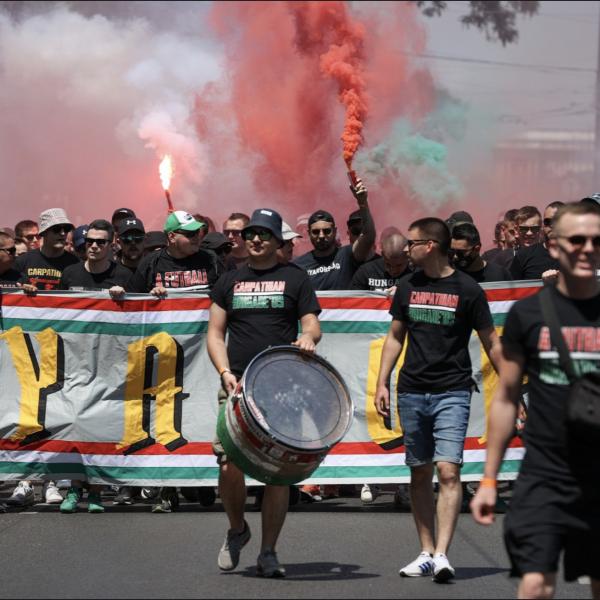 """Füstfellegben vonult a tízezres magyar tábor a Puskás Arénába a magyar-francia előtt, zúgott a """"vesszen Trianon"""""""