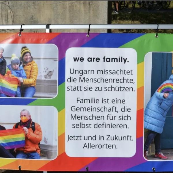 Szivárványos molinó fogadja az érkezőket az osztrák-magyar határon