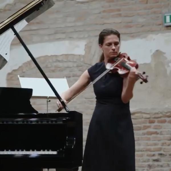 Varga Judit fantasztikusan hegedült Fertődön - Videó