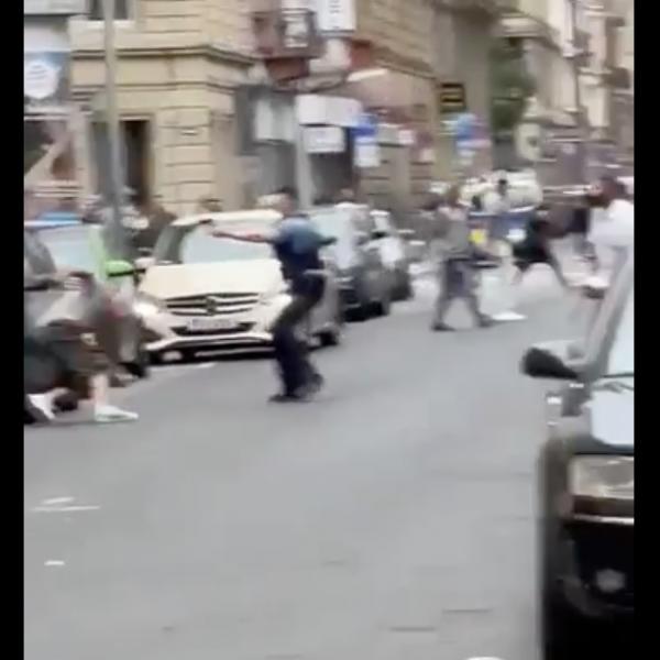 Frankfurtban megint agyon kellett lőni egy migránst, aki késekkel hadonászott - Videó