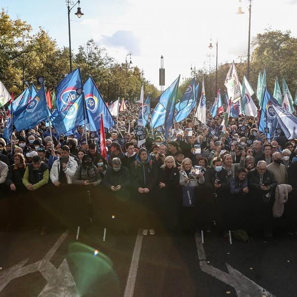 🟢 Összellenzéki nagygyűlés: kétezer kommunista jelent meg
