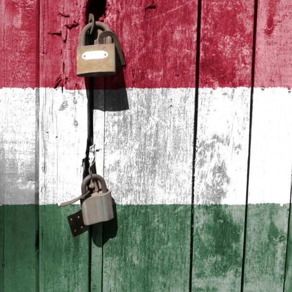 Bezárják az iskolákat és a nem létfontosságú üzleteket Magyarországon