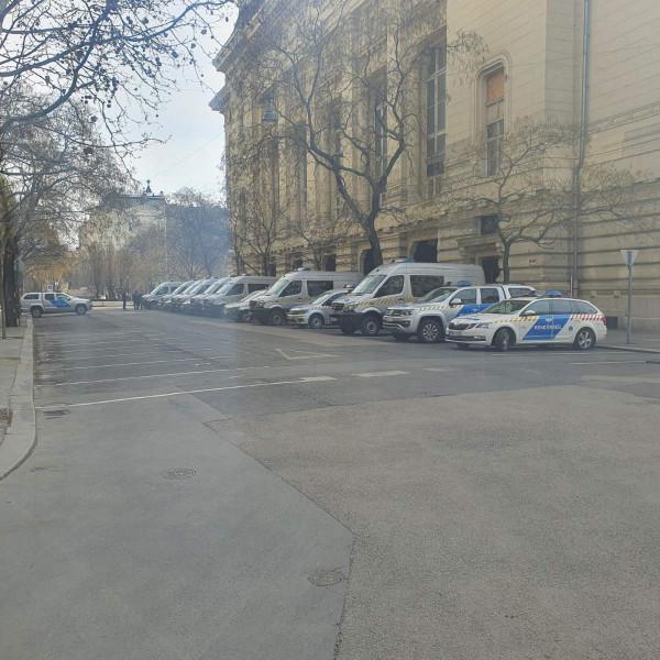 Brutális rendőri készültség Budapesten a mai tüntetések miatt - Képek