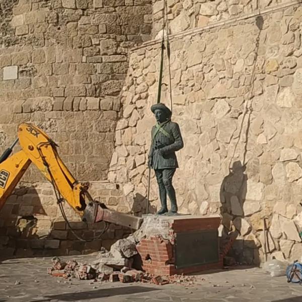 Tombol a kommunizmus Spanyolországban: Ledöntötték Franco tábornok utolsó szobrát is