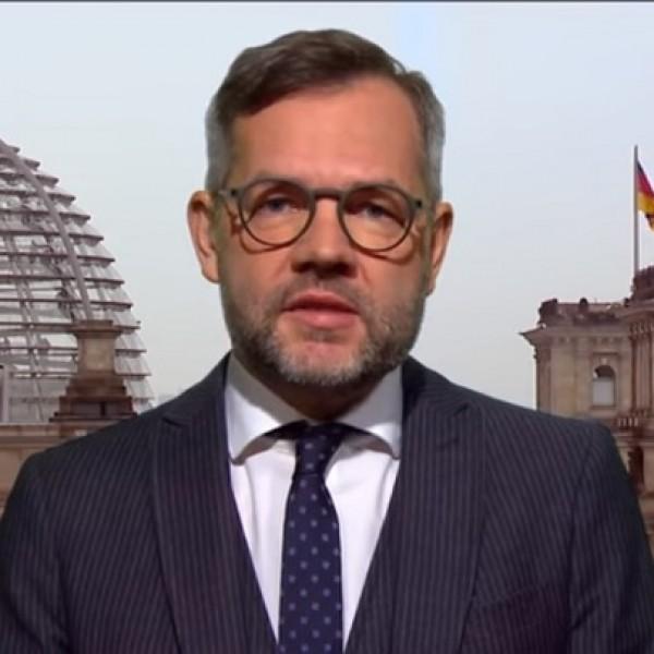 A német külügyi államminiszter is elkezdett aggódni a magyar pedofil-ellenes törvény miatt