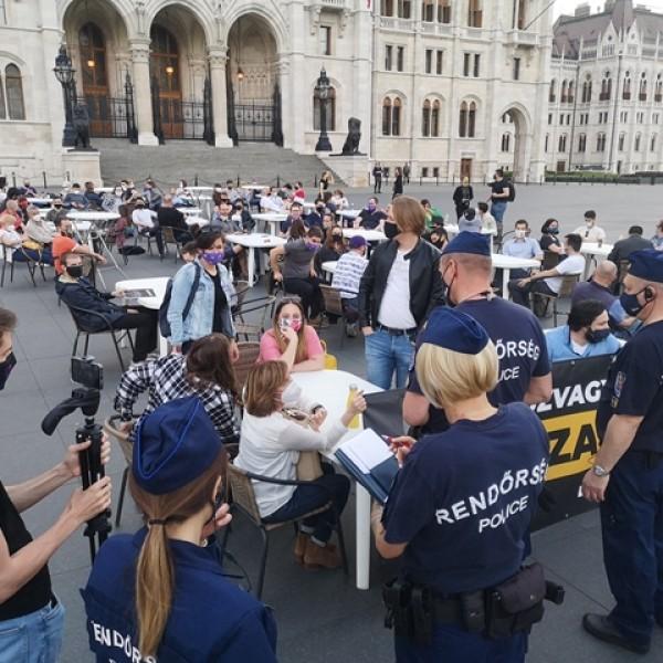 Balhé a Kossuth téren: A Momentum teraszt nyitott, kivonultak a zsaruk