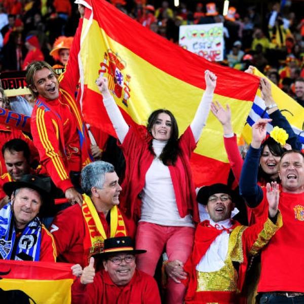 Lázadnak a spanyol rajongók: Ha letérdelnek, kapcsold ki a TV-t!