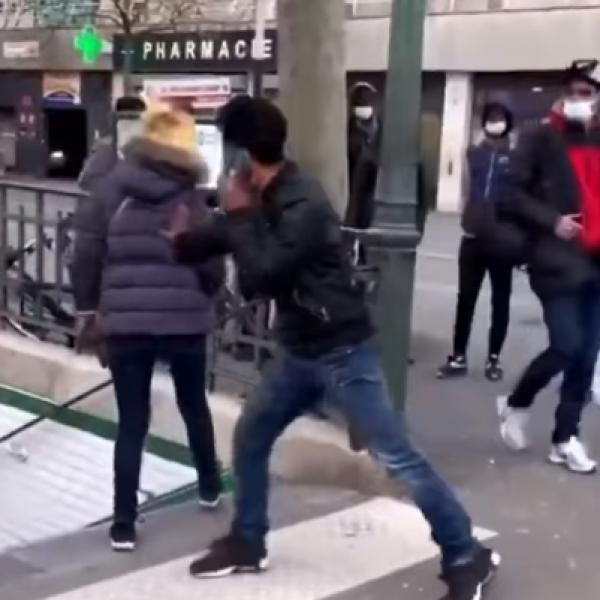 Így udvarolnak a migránsok Párizsban - Videó