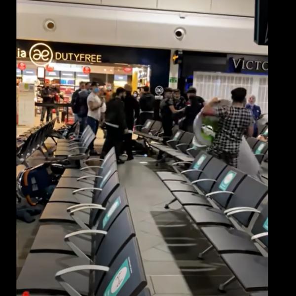 Összeverték egymást az Angliában élő románok a lutoni reptéren - Videó