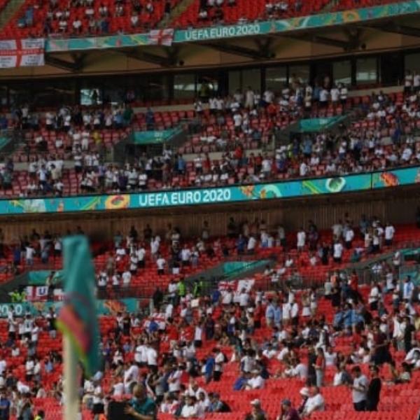 Átesett a lelátói korláton egy szurkoló az angol-horvát meccsen