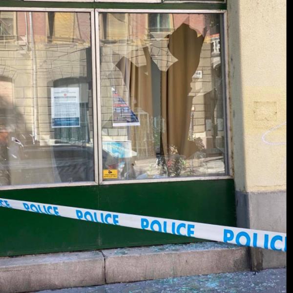Kővel dobták be a homoszexuálisok a Fidesz-iroda ablakát