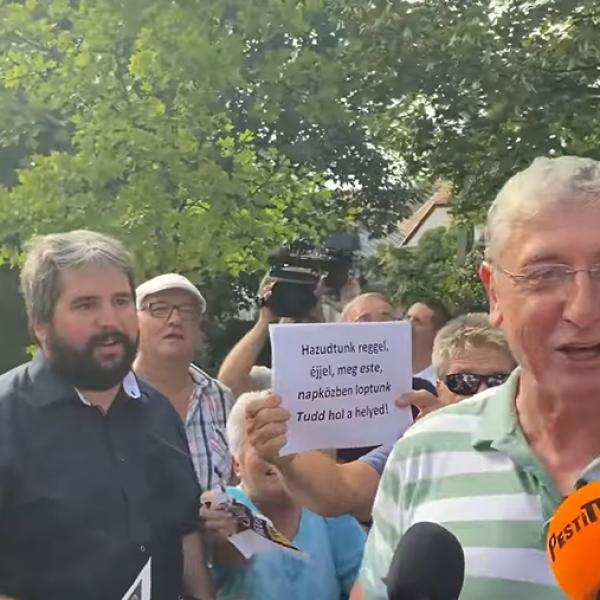 Vastagbőr van a pofáján Gyurcsánynak: mosolyogva sétált az ellentüntetőkhöz - Videó
