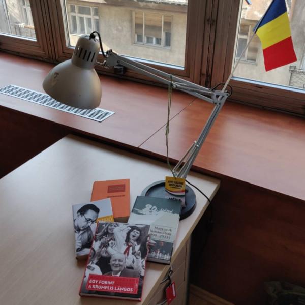 Mutatjuk Ungár Péter egyik újságírójának az asztalát