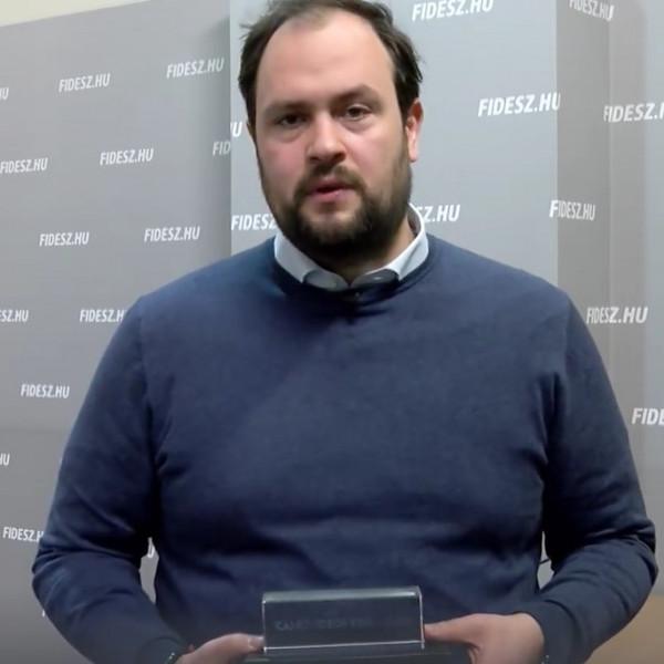 Februárban a DK kapja a kamuvideós Korózs-díjat - Videó