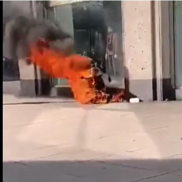 Berlin: egy homoszexuális leöntötte magát benzinnel és leégett - Videó