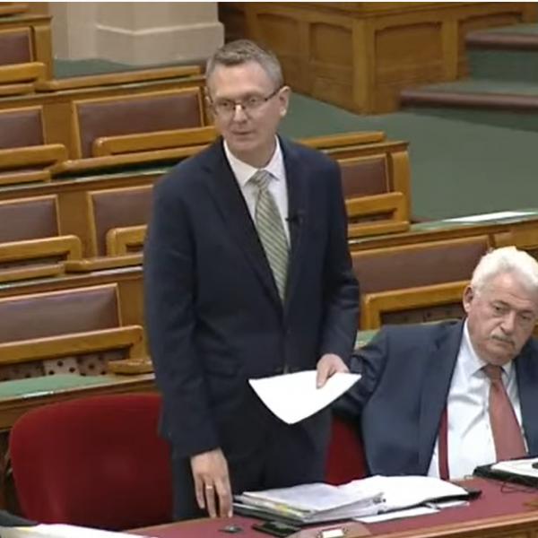Rétvári Bence a szocialisták bűneivel szembesítette Tóth Bertalant - Videó