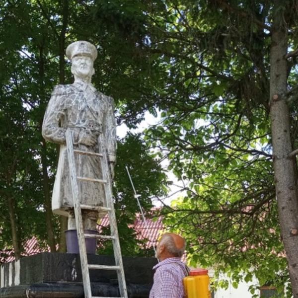 Gyalázat: Leöntötték a Horthy-szobrot, amit szombaton avatnának