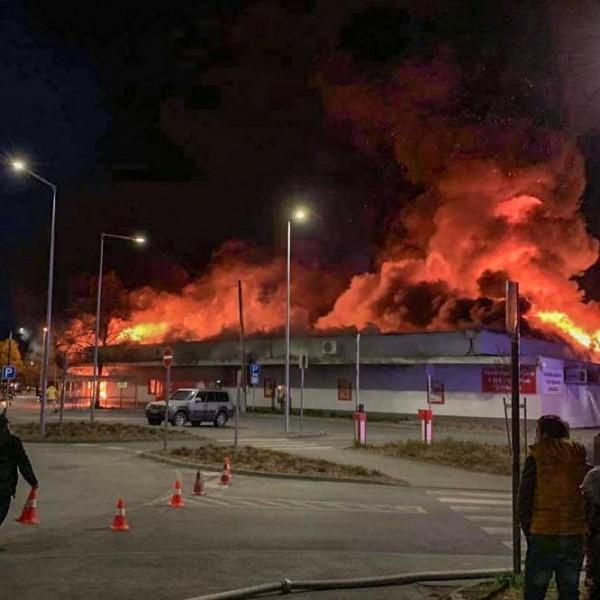 Óriási lángokban áll a szentendrei Spar, pusztít a tűz - Fotók
